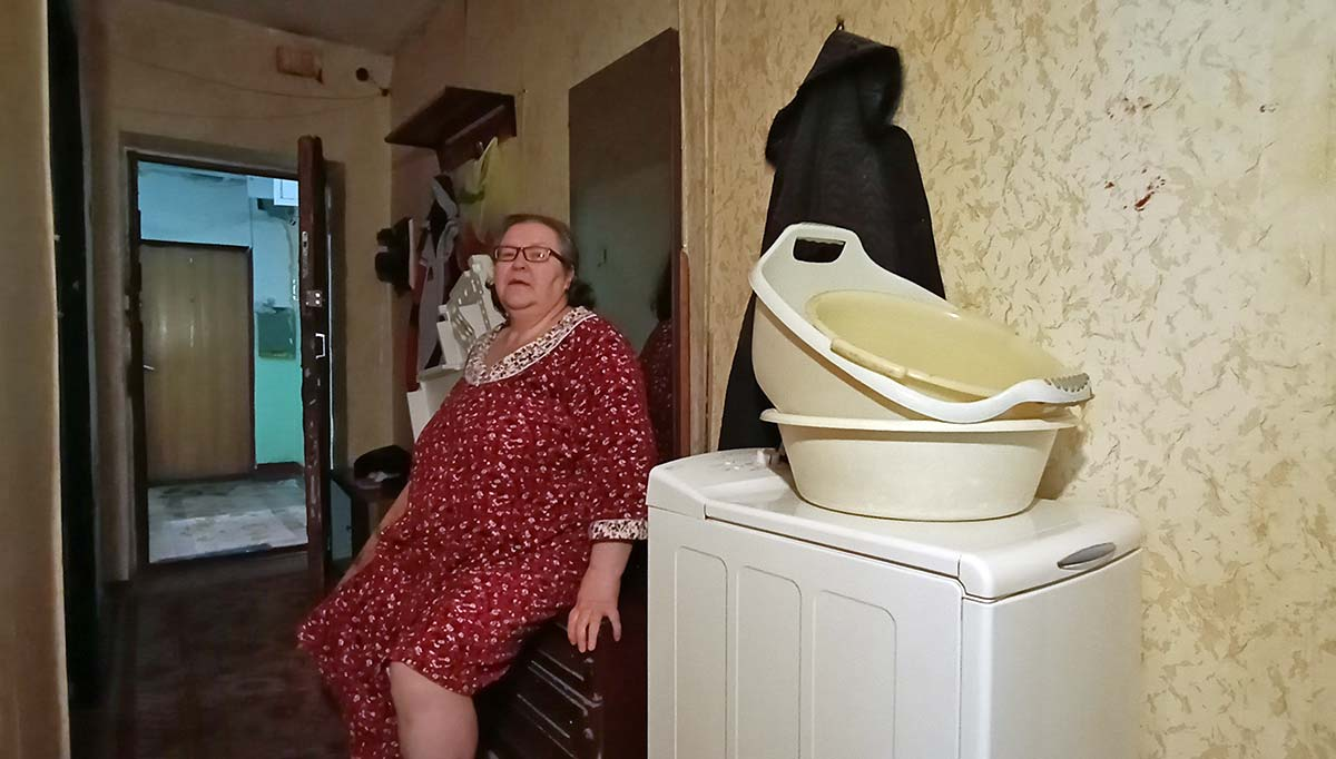 Пенсионерка живет одна в опустошенном доме, который обчищают мародеры. Фото Сергея Корнеева