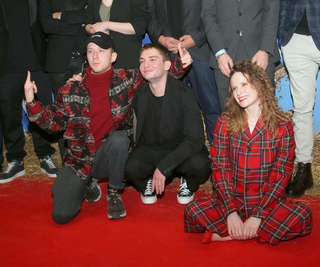 Звезды на премьере комедии «Родные» с певицей Монеточкой и Сергеем Буруновым (24)