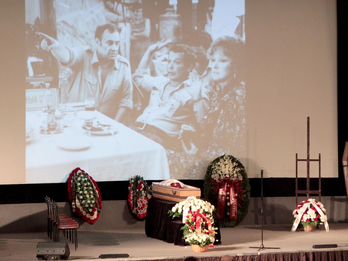 На экране за гробом сменяли друг друга фотографии Алисова. Тут он на съемках «Вокзала для двоих» с Эльдаром Рязановым и Людмилой Гурченко. Фото Руслана Вороного
