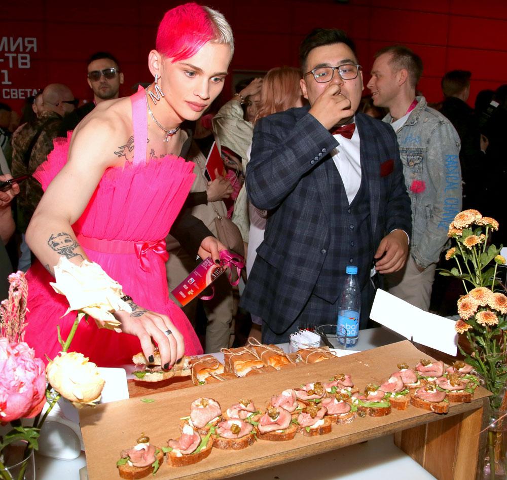 Млея от лобызаний и комплиментов Киркорова, Даня Милохин вспомнил, как только что этими руками ел бутерброды. Фото Бориса Кудрявова