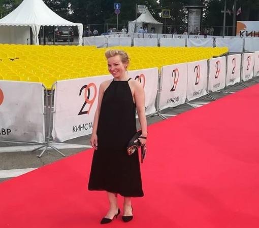Первой по красной ковровой дорожке прошла актриса Мария Шалаева