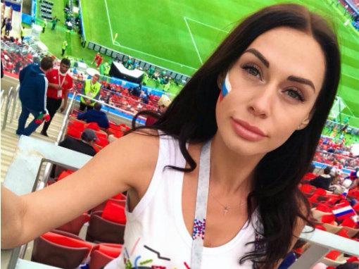 Праздник начался! Россия на месяц погрузилась в атмосферу футбольной эйфории. Вчера состоялся долгожданный матч открытия, а стадион «Лужники» заполнили 78 011 зрителей. Отметим, что во всей этой футбольной атмосфере не затерялось и множество красивых болельщиц, которых хватало как на стадионе, так и за его пределами. Например, в спортбарах или в различных фан-зонах с большими экранами для просмотра ЧМ-2018. Мы решили найти самых красивых из них.