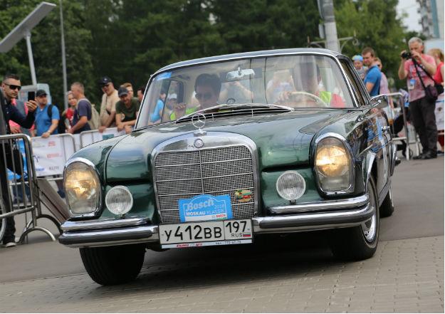 Торговая марка и одноимённая компания-производитель легковых автомобилей премиального класса, грузовых автомобилей, автобусов и других транспортных средств, входящая в состав немецкого концерна «Daimler AG». Является одним из самых узнаваемых автомобильных брендов во всём мире. Штаб-квартира Mercedes-Benz находится в Штутгарте, Баден-Вюртемберг, Германия.