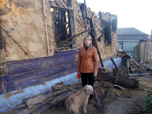 Нина Сергеева возле своего дома