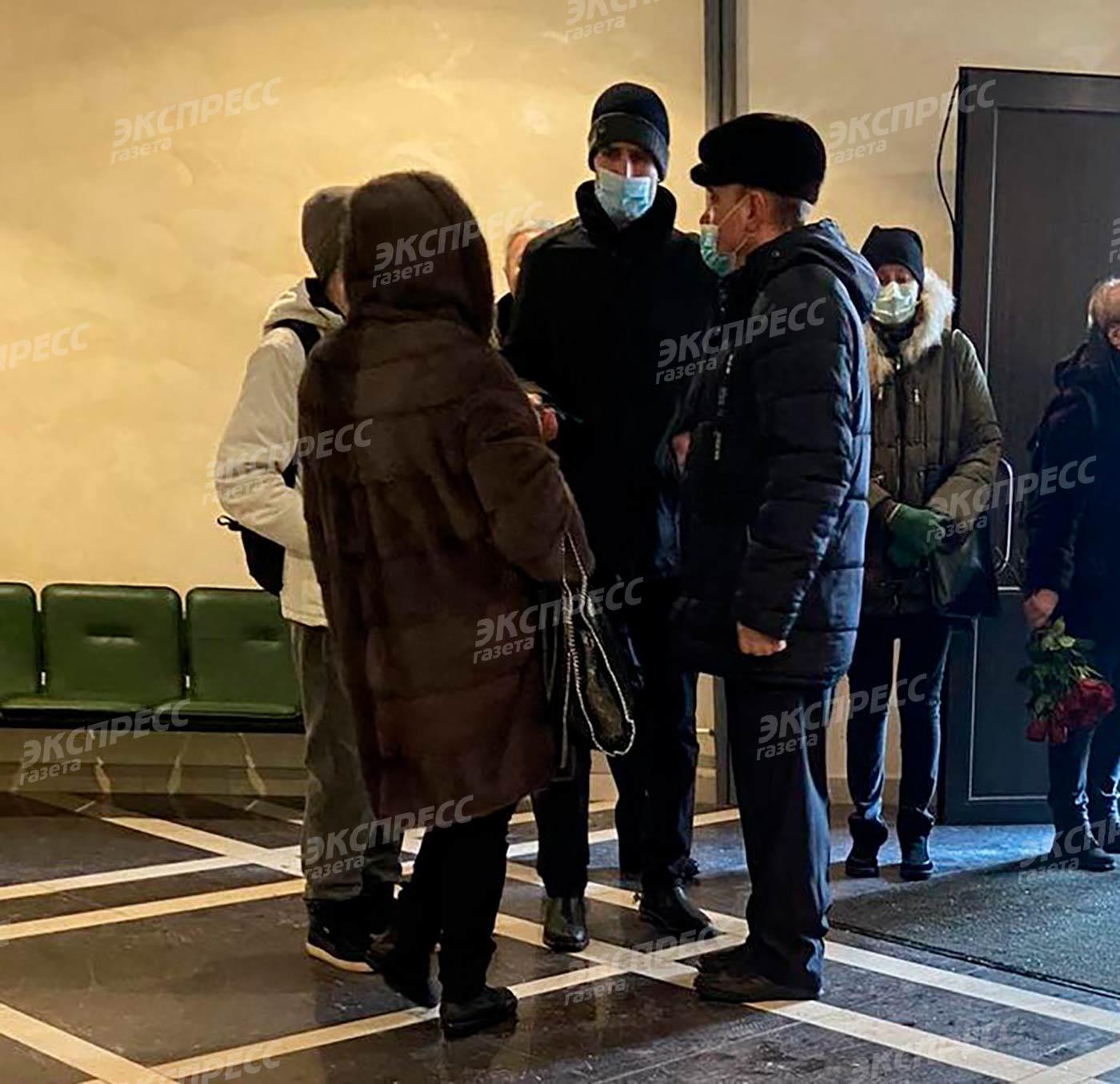 Сын Дениса Карасева Данила (высокий мужчина в центре кадра)