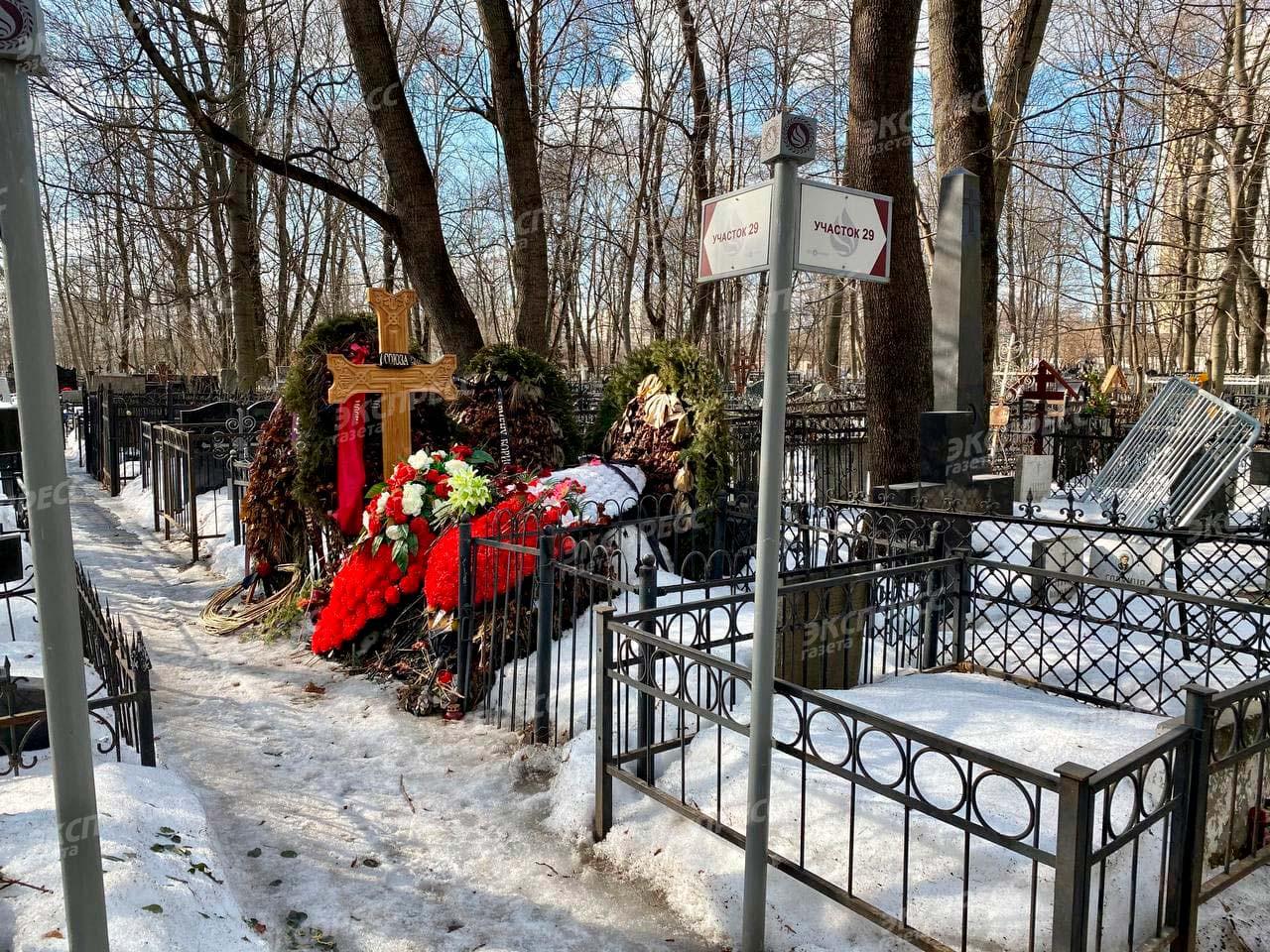Родственники забросили могилу Армена Джигарханяна через несколько месяцев после похорон. Фото: «Экспресс газета»
