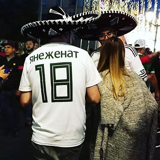Мексиканец в майке с надписью ЯНЕЖЕНАТ
