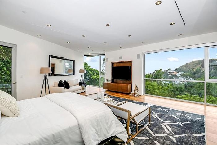 В доме площадью 550 кв. м четыре спальни, в которых старина Хефнер показывал девушкам Playboy, что издательское дело может иметь и приятные стороны