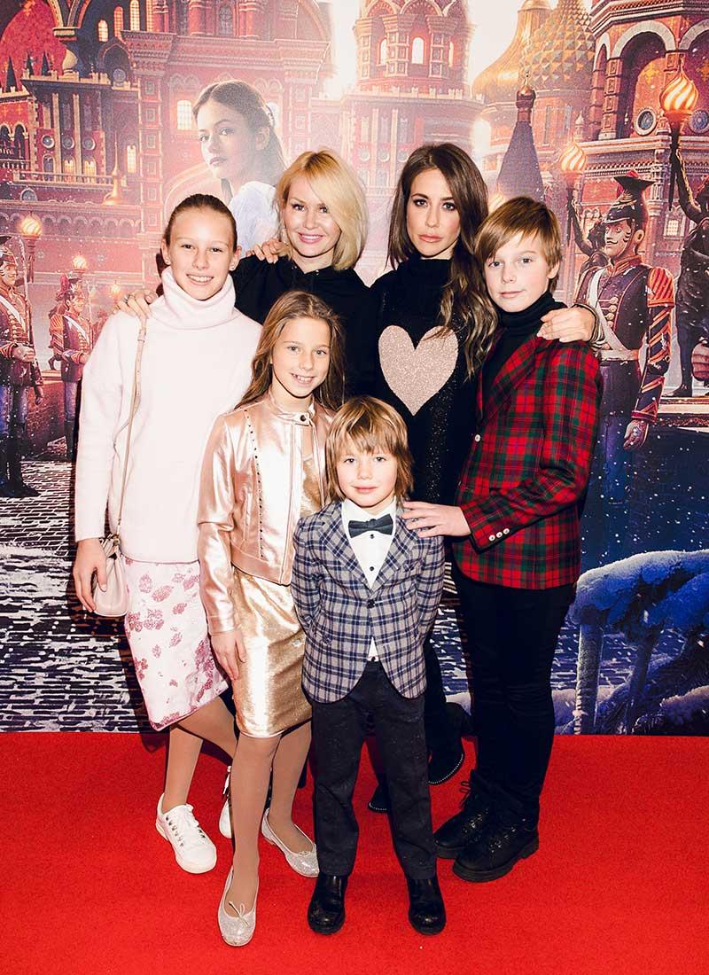 Юлия Барановская с детьми и подругой