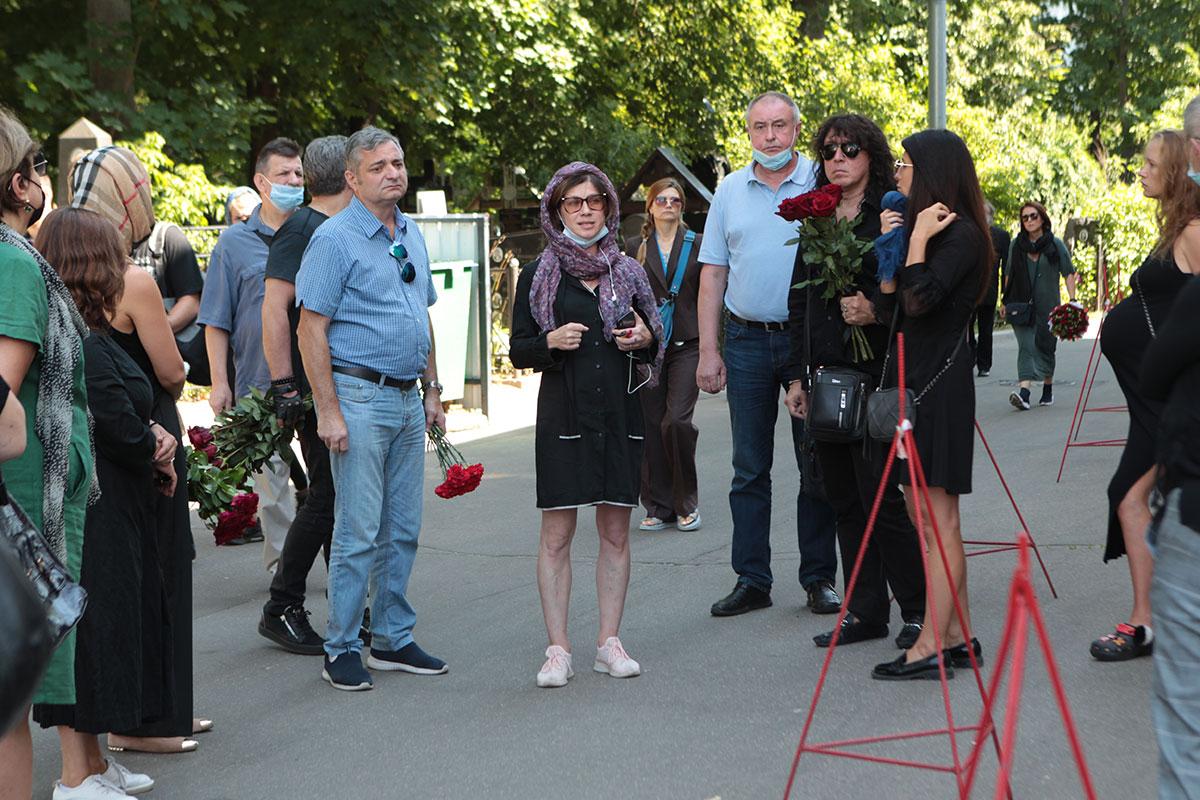 Последняя муза Алексея Мускатина Александра Бочкарева (в центре в платке), Андрей Алексин (с розами, в темных очках)
