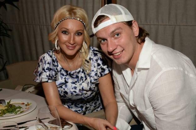 На днях телеведущая и ее муж подтвердили, что они ожидают пополнение в семье.