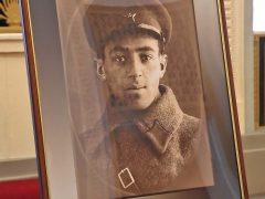 На небольшой выставке в фойе театра показали фронтое фото Владимира Этуша (1941 г.)