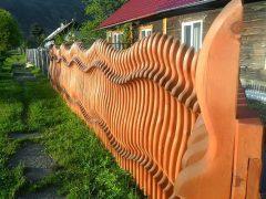 Оригинальные заборы для дачи. Фото: Dekoriko