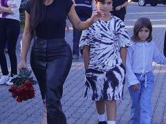 Ким Кардашьян на мемориале в Ереване