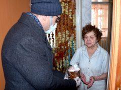 Ковдорские пенсионеры в канун Пасхи получили куличи