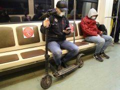 Нужно ли носить маску в метро? Фото: Борис Кудрявов/«ЭГ»