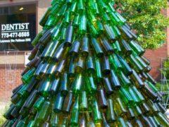 К Старому Новому году можно будет создать еще одну елку из пригодных для переработки материалов. Фото: соцсети