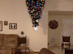 Елка, прикрепленная к потолку, спасет праздник