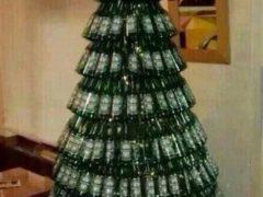 Почему бы не сделать елку максимально утилитарной или не превратить ее в бар? Главное, рассчитать так, чтобы «украшений» хватило до конца праздников. Фото: соцсети