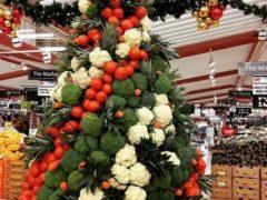 Как все мы помним из стихотворения Джанни Родари, «у каждой профессии запах особый». От себя добавим, что и елки у представителей каждой из профессий на рабочем месте из подручных средств могут получиться уникальными. Например, в овощной секции супермаркета. А съедобная елка — это всегда хорошо. Фото: соцсети