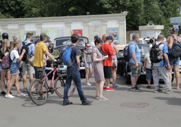 В московском парке «Сокольники» состоялось мероприятие, которое вряд ли могло оставить в стороне большинство автолюбителей. Такое огромное скопление ретро-автомобилей выглядело действительно зрелищно. Ралли Bosch Klassik состоялось в Москве уже в седьмой раз.