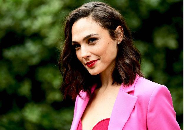 Галь Гадот — израильская актриса и модель, наиболее известна по ролям в фильмах «Бэтмен против Супермена: На заре справедливости», «Чудо-Женщина», «Шпионы по соседству», а также серии фильмов «Форсаж» (4-6).