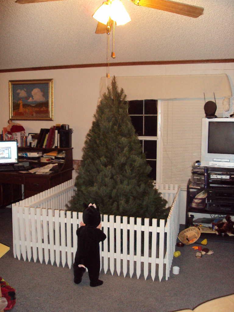 Если в течение этого очень странного года в вашем доме появился ребенок, а к Новому году он пополз или даже пошел, то вот вам идея, как обезапасить елку от тоддлера. Или тоддлера от елки. Фото: соцсети