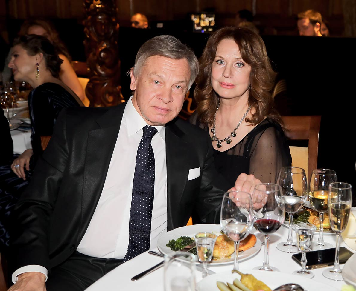 Актриса Нина Пушкова несколько десятков лет счастлива в браке с сенатором и телеведущим Алексеем  Пушковым. Они  познакомились в театре