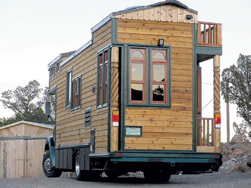 Переделывать грузовики в мобильные дома начали в США в начале прошлого века. Некоторые напоминали хибары и сараи на колесах