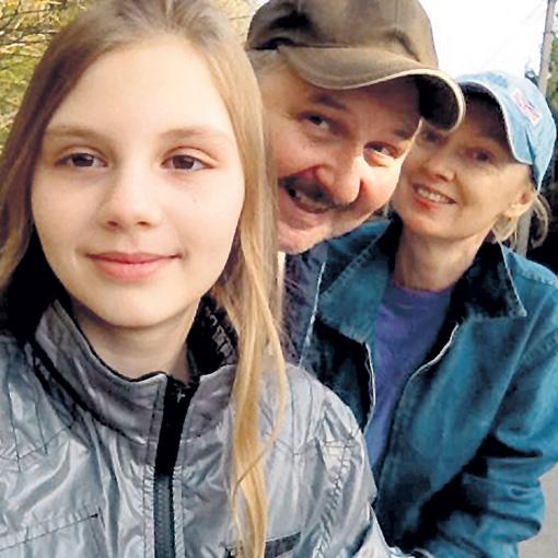 Алексей в молодости и в наши дни с женой Светланой и дочкой Машей
