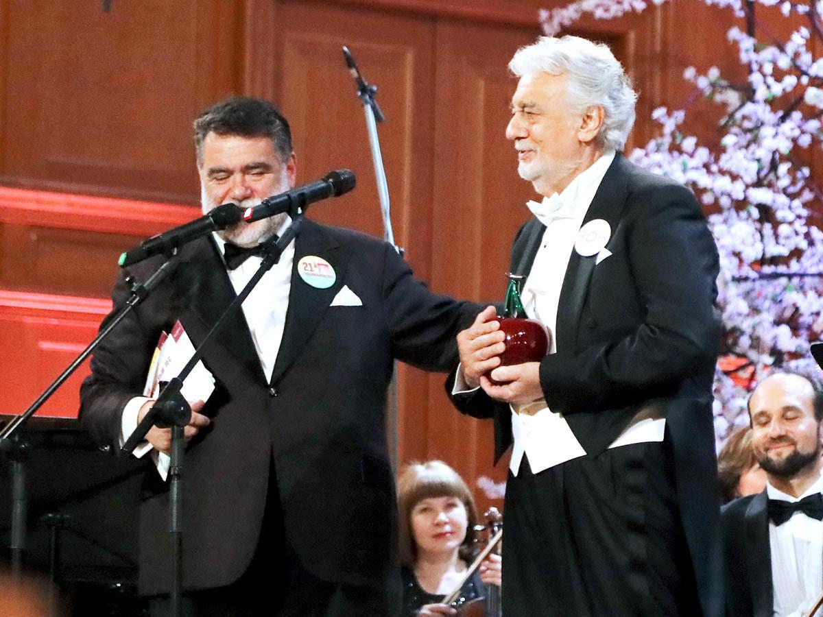 80-летний «король оперы» Пласидо Доминго (справа) признался, что в восторге от главного «черешневого» лесничего — олигарха Михаила Куснировича
