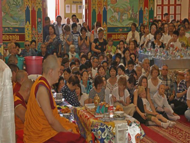Монахи считают, что священный месяц нужно посвятить духовной практике