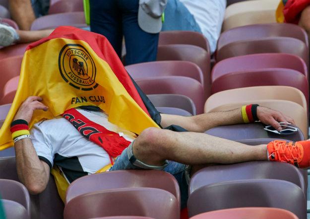 После недавнего матча сборных Германии и Швеции, где немцы просто вырвали победу в самой концовке, на шведских болельщиков было действительно тяжело смотреть. Мы решили вспомнить еще несколько случаев, когда переживания за любимую команду на чемпионате мира в России закончились плачевно.