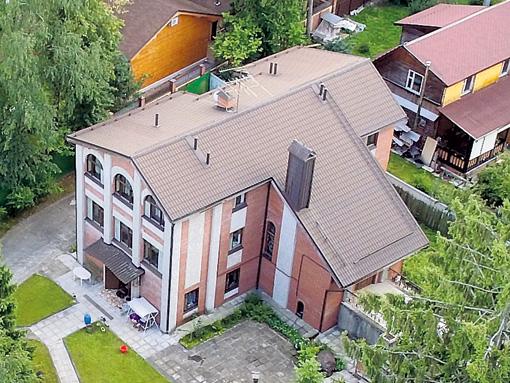 Евгений Ваганович владеет особняком в подмосковных Жаворонках площадью почти 400 метров и участком земли около него в 30 соток
