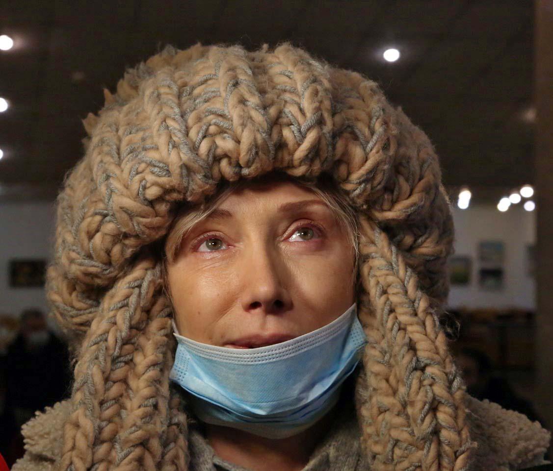 Елена Воробей в нелепой шапке и белых тапочках разрыдалась у гроба Грачевского