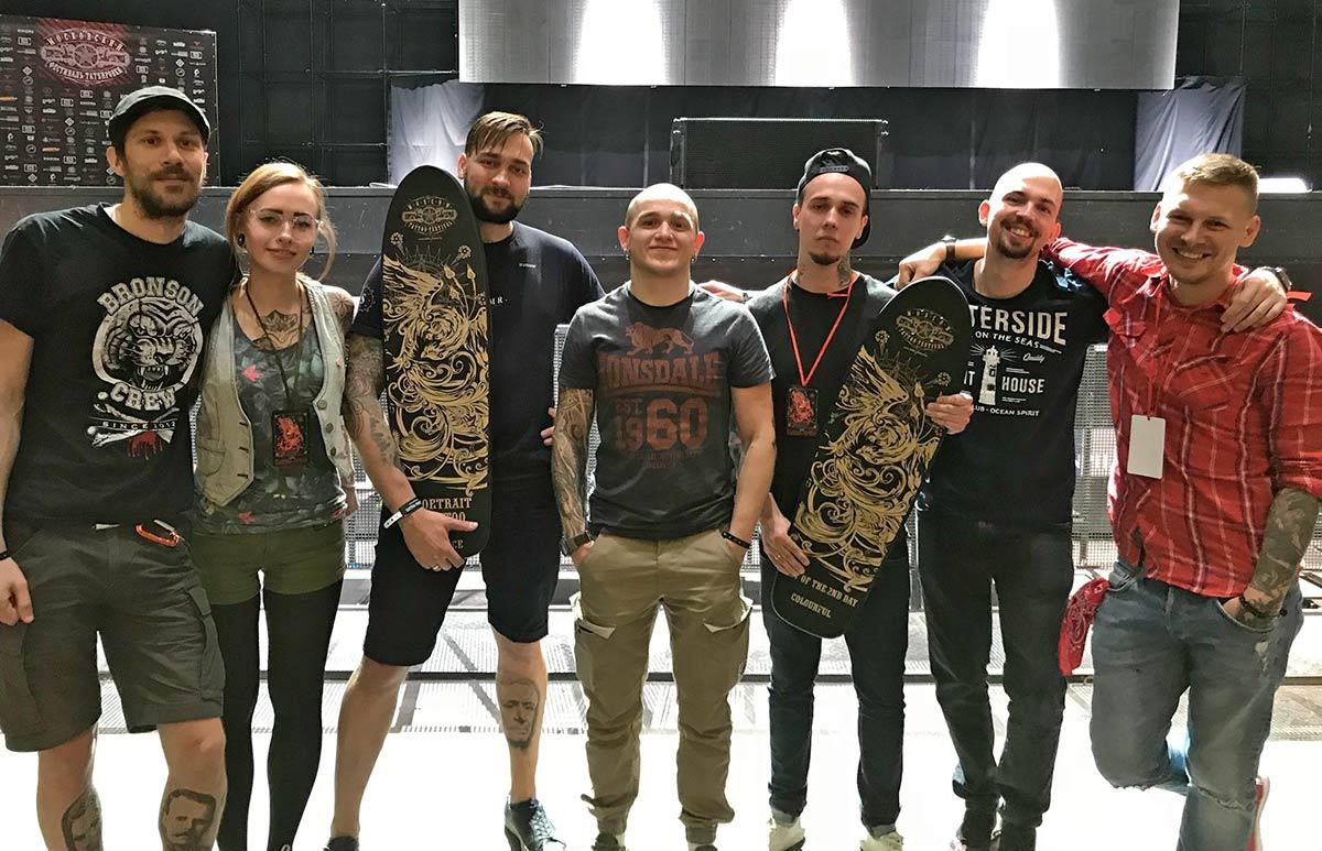 Неонацист Андрей «Дед» Дедов (в центре) с сотрудниками своего тату-салона «Студия 18»