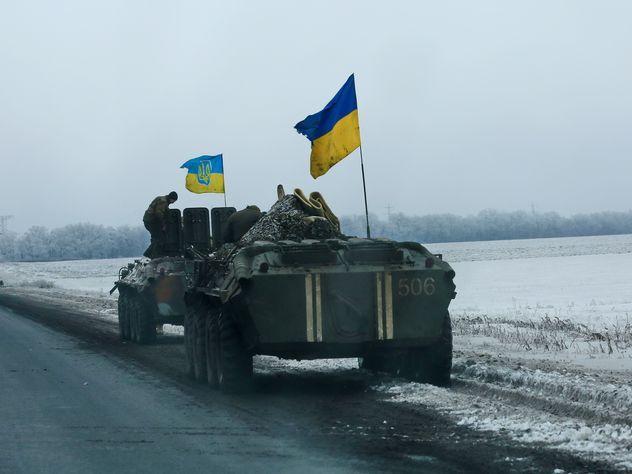 На Украине будущих десантников заставили строить противотанковые башни из снега