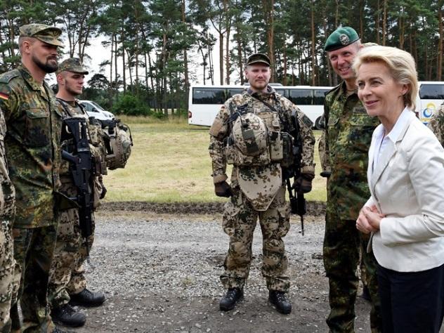 Немецких военных научат любить геев
