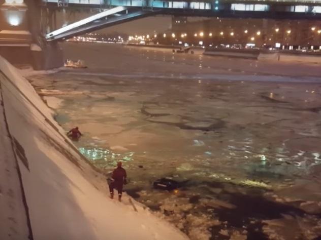 Инспектор ДПС спас тонущую в Москве-реке девушку