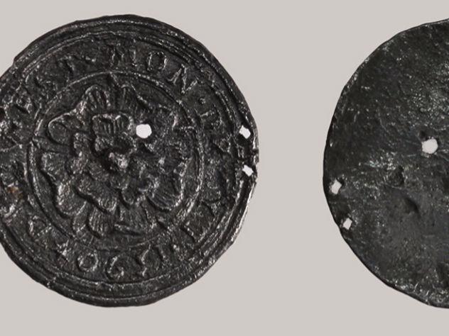 В парке Зарядье найден старинный медальон эпохи Тюдоров