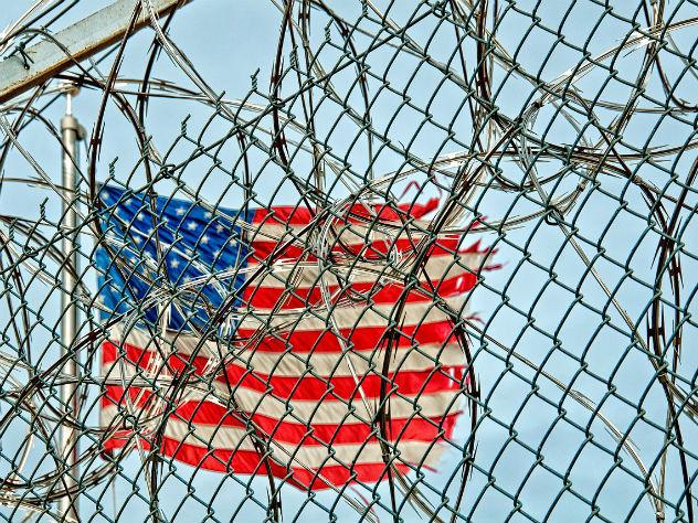 Яценюк вызвался строить стену между Мексикой и США