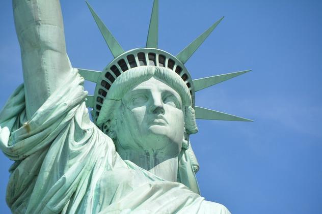 статуе свободы сша появился зазывающий мигрантов баннер
