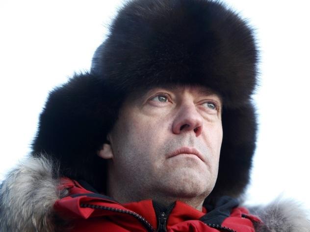 Медведев посоветовал главе Минсельхоза ставить будильник в разные места