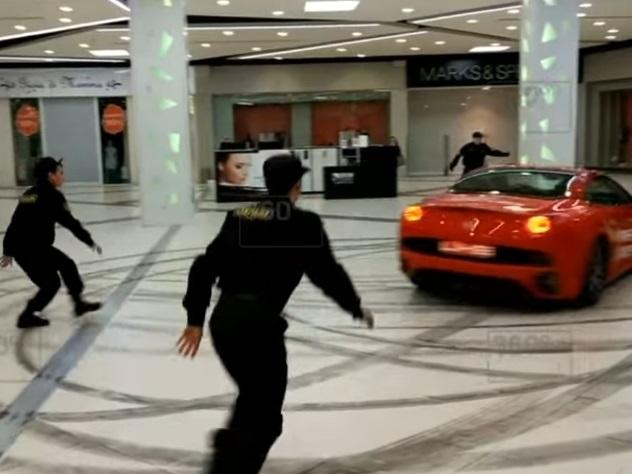 Стритрейсер устроил гонку на Ferrari по торговому центру в Москве
