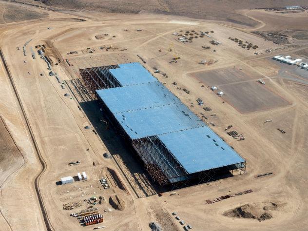 На заводе Tesla в США произошел разлив опасного вещества