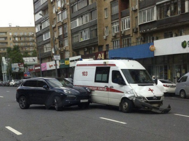 Porsche протаранил машину скорой помощи
