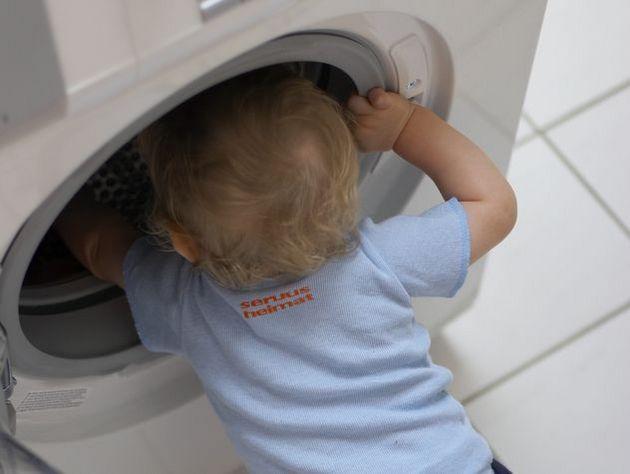 подросток-бэбисситтер постирал доверенного ребенка стиральной машине