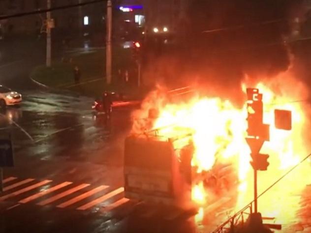 ВПетрозаводске после удара молнии сгорел троллейбус
