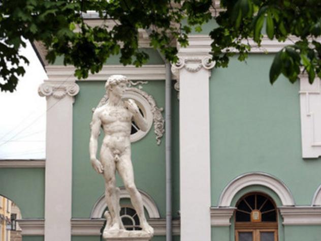 Граждане  Петербурга выбирают костюм для статуи Давида