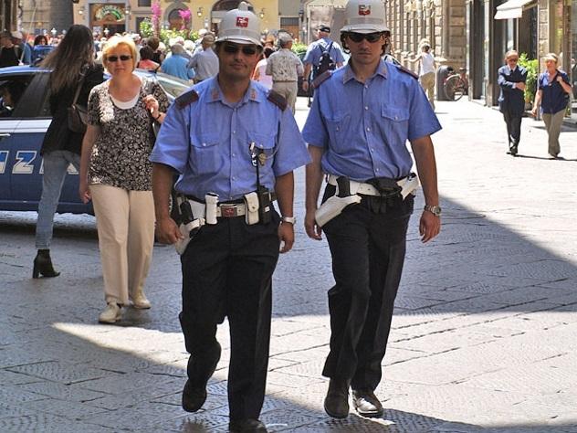 Итальянские полицейские приготовили спагетти для одинокой старый пары